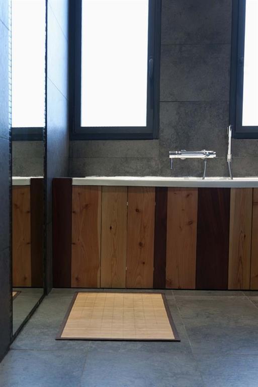Image Tablier de baignoire en planches de coffrage Kaboom Architecture
