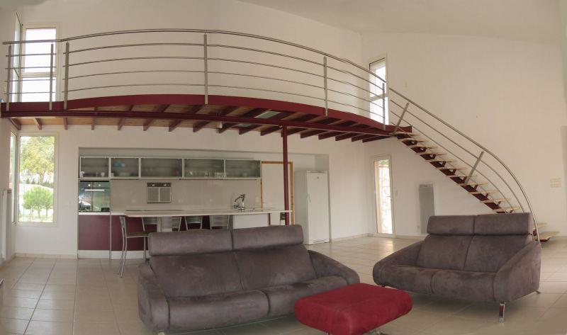 salon avec cuisine et mezzanine dans un loft arche. Black Bedroom Furniture Sets. Home Design Ideas