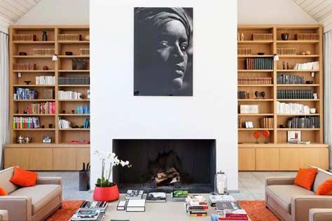 Salon avec biblioth que murale en bois et chemin e - Comment construire une bibliotheque murale ...