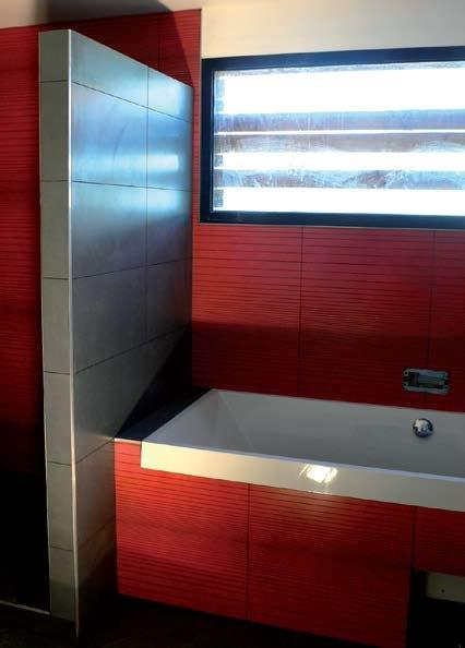 Salle de bain rouge photo pictures to pin on pinterest - Salle de bain en rouge ...