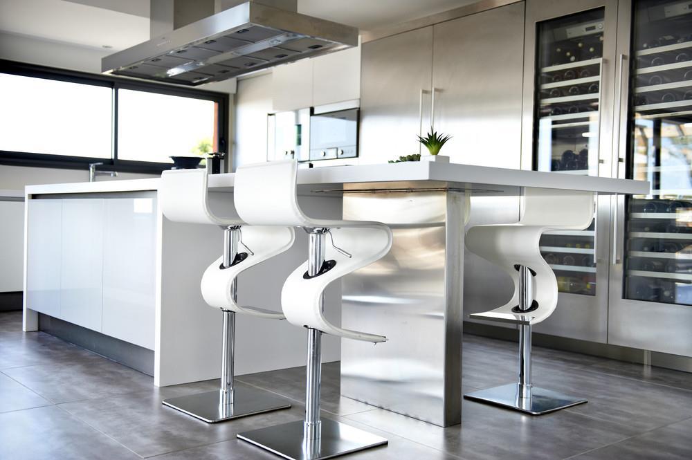 Image Cuisine en inox avec meubles blancs Auréle Cléostrate[R