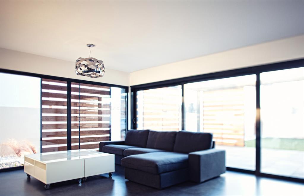 Salon avec de grandes baies vitr es lhenry architecture - Grandes baies vitrees ...