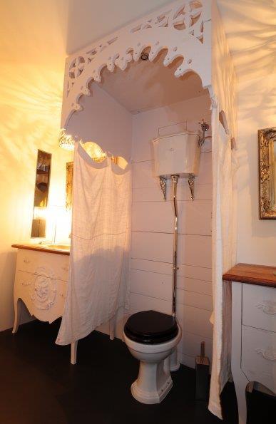 wc l 39 ancienne dans une ambiance bois tr s personnalis e. Black Bedroom Furniture Sets. Home Design Ideas