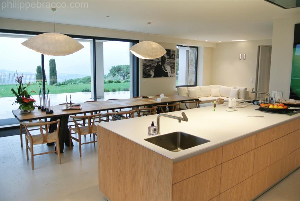 Decoration Cuisine Grise Et Blanche : Image Cuisine avec ilot central et grande table à manger Prestige