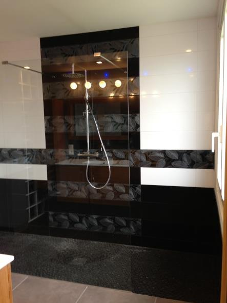 Cette douche l 39 italienne offre un style graphique dans une ambiance - Douche a l italienne design ...