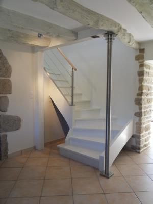 L 39 escalier peint en blanc et quip d 39 un garde corps en m tal s 39 invite for Photo escalier peint