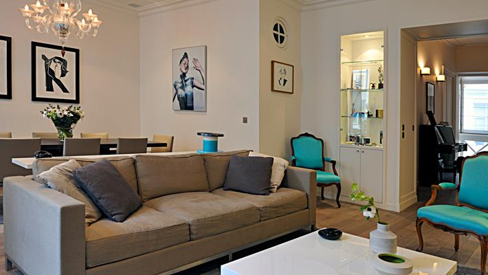 Salon moderne dans des teintes de taupe jean pierre gaignard for Photos de salons modernes