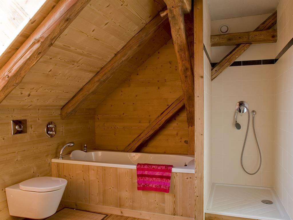 R gles et astuces pour am nager une salle de bain en bois for Salle de bain sous escalier
