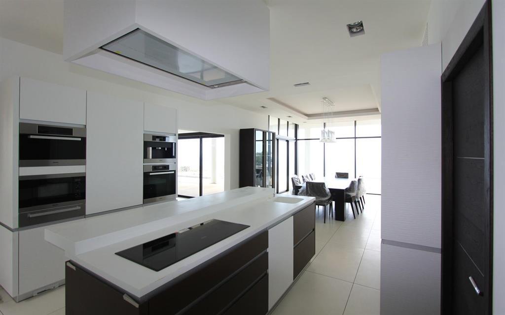 Cuisine design avec lot central les bains et cuisines d for Cuisine moderne ilot central