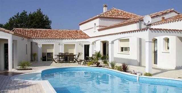 Maison blanche avec piscine turquoise patrimoine et for Modele maison avec piscine
