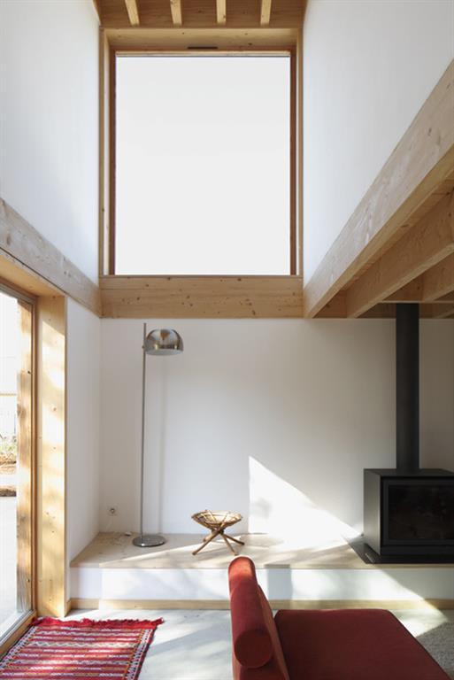 salon en double hauteur avec chemin e et poutres apparentes. Black Bedroom Furniture Sets. Home Design Ideas