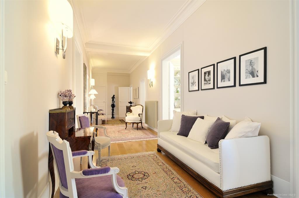 Entr e au mobilier classique hugo da costa photographe for Decoration interieure couloir entree