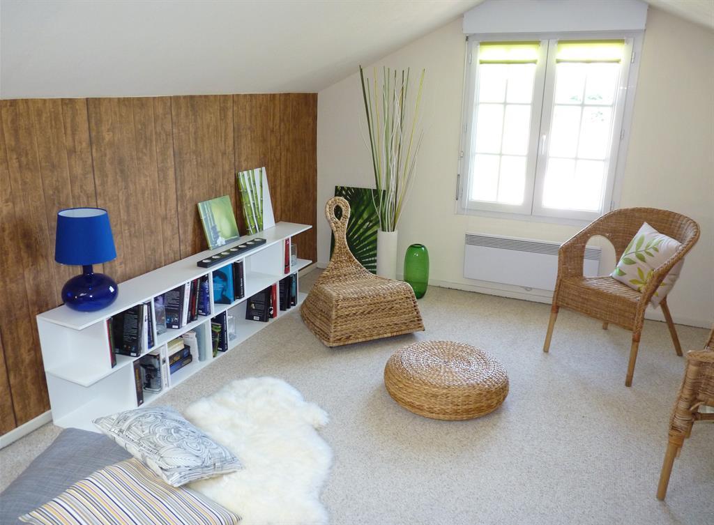 Espace lecture avec une biblioth que et des fauteuils for Amenagement salon carre