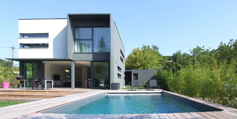 Piscine contemporaine attach e la terrasse why architecture for Piscines contemporaines