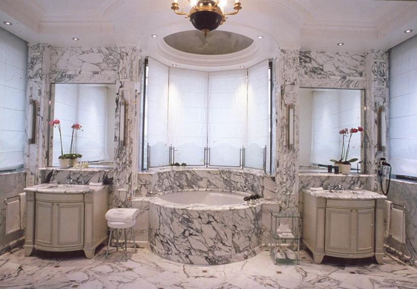 salle de bain aux belles dimensions et symtrie parfaite - Belle Salle De Bain Moderne