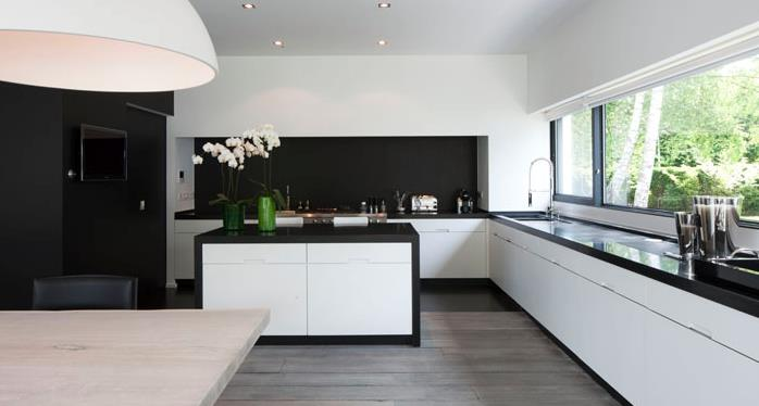 Cuisine en contraste de noir et blanc ensemble associes for Cuisines contemporaines design