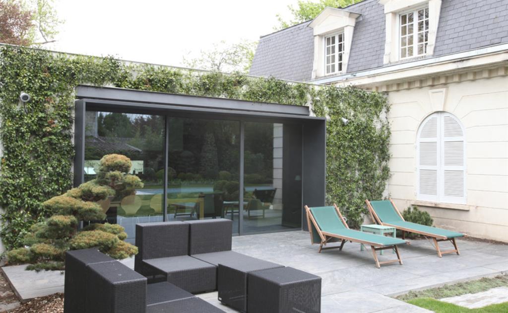 Belle terrasse moderne d 39 une ancienne maison antonio rico - Maison ancienne moderne ...