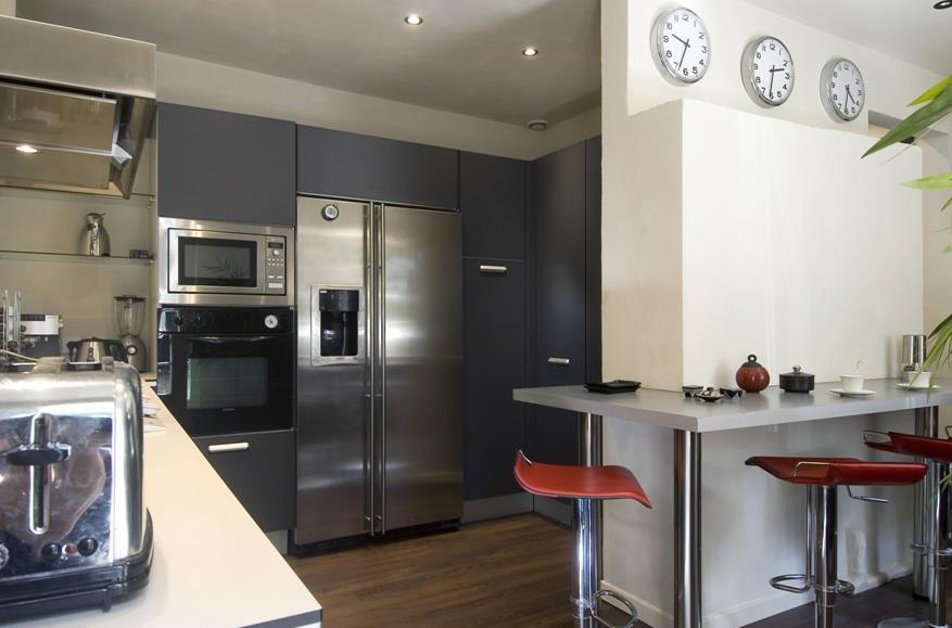 Cuisine moderne avec quipements en inox et petit espace - Cuisine petit espace design ...