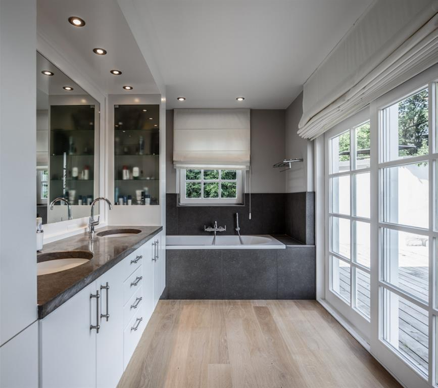 Salle de bain avec baie vitr e donnant sur l 39 ext rieur - Cloison vitree salle de bain ...