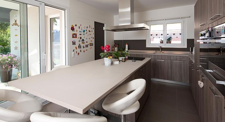 Cuisine avec coin repas convivialit garantie par - Table haute avec rangement pour cuisine ...