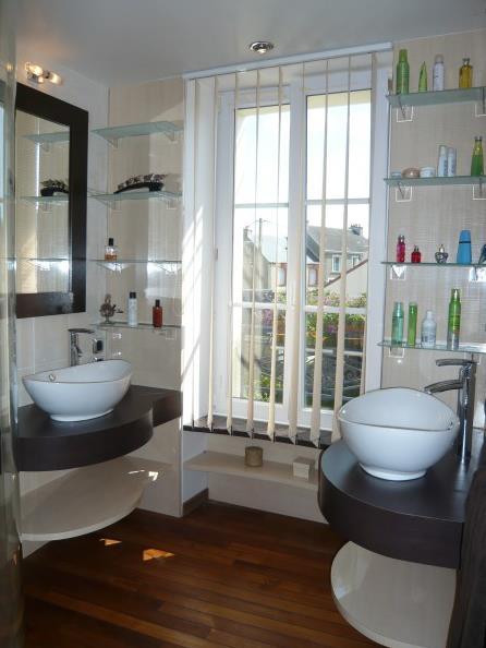 chic et pratique cette salle de bain avec ses vasques jumelles. Black Bedroom Furniture Sets. Home Design Ideas