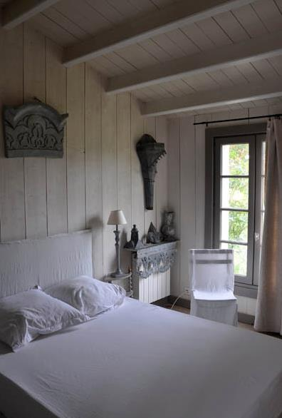 Chambre en bois blanc for Photo de chambre adulte moderne