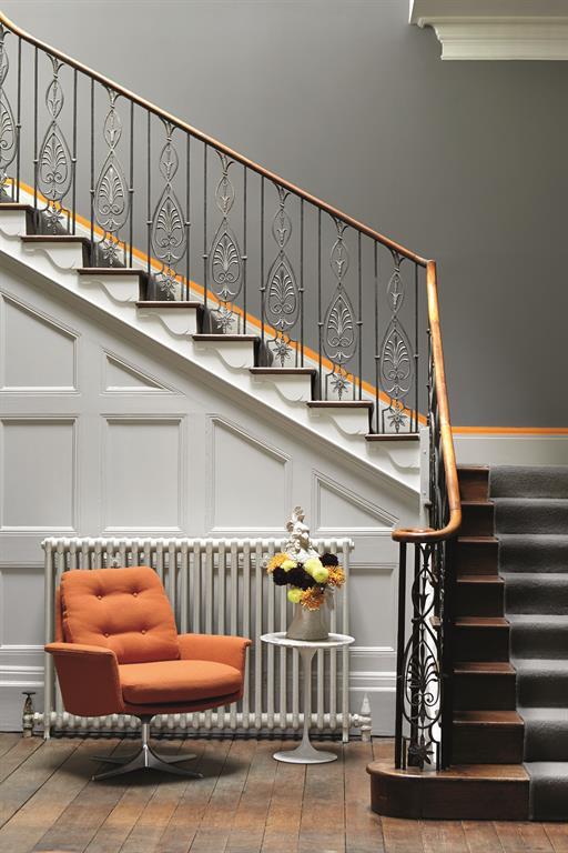 Escalier en bois avec soubassement menuis blanc et mur peint en gris - Escalier peint en gris et blanc ...