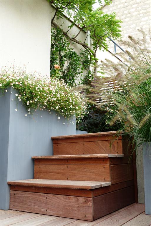 Escalier extérieur en bois sur une terrasse LEsprit Au Vert