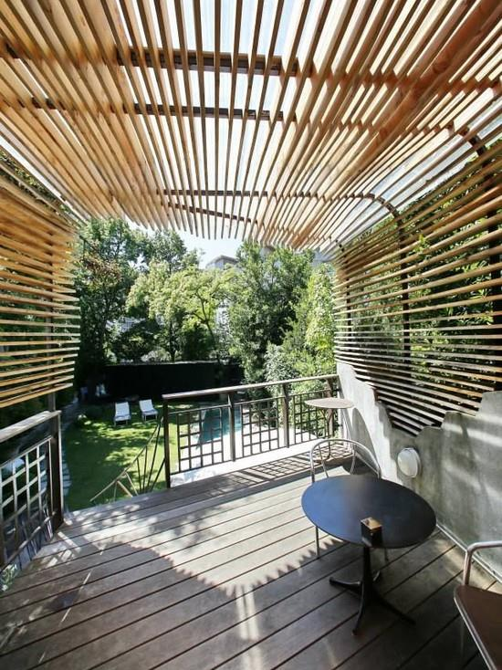 Pergola lamelle de bois buildings love architecture for Persienne bois exterieur