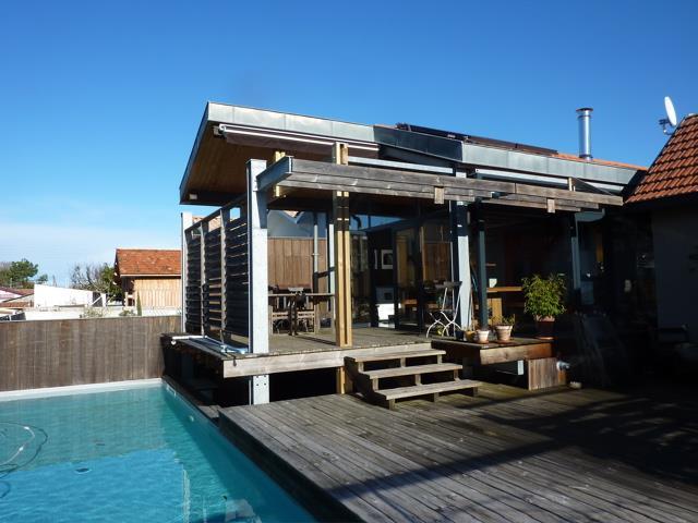 Image Maison sur pilotis vitrée avec piscine et terrasse en bois