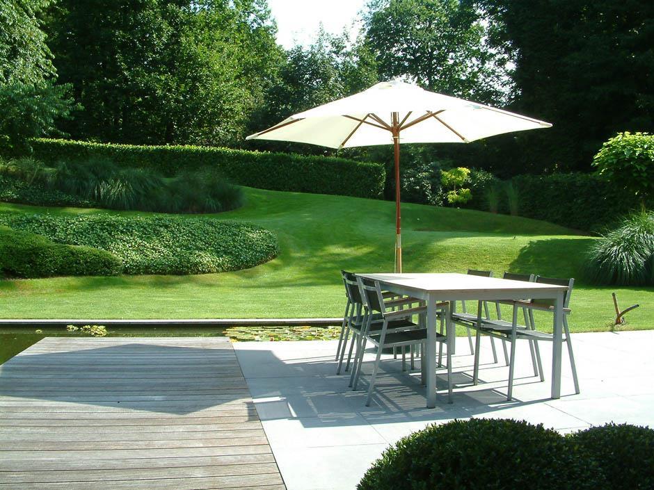 Terrasse en pav s et bois avec bassin et pelouse paul for Bassin de terrasse en bois