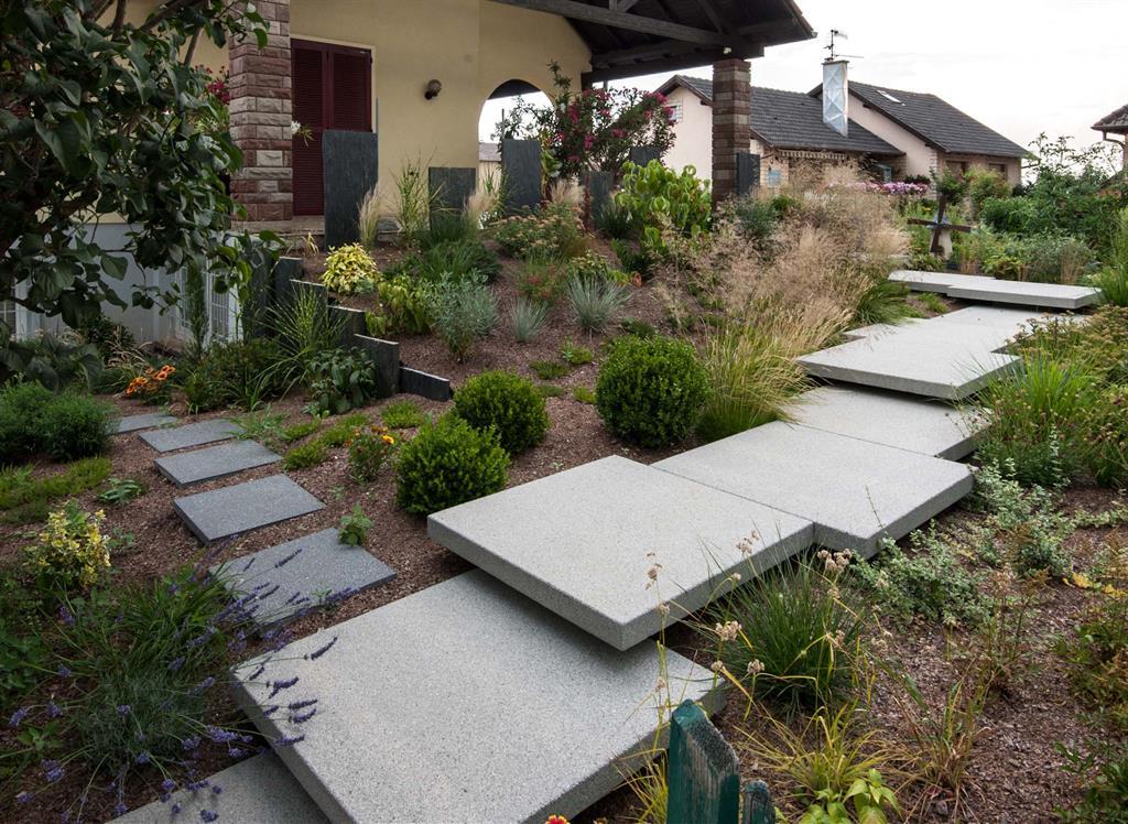 777417-jardin-design-et-contemporain-jardin-avec-chemin-en.jpg