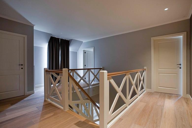 Escalier Entre Maison. Perfect Escalier En Bton Et Murs Peints La ...