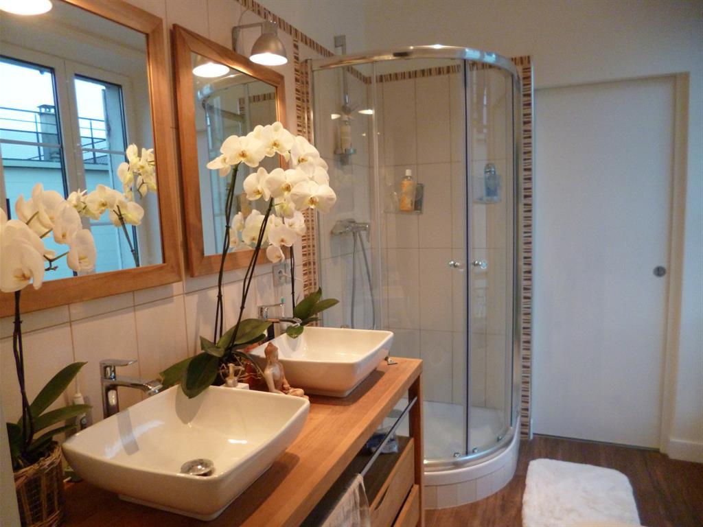 Sale de bain fleurie bois et blanche vh photo n°81