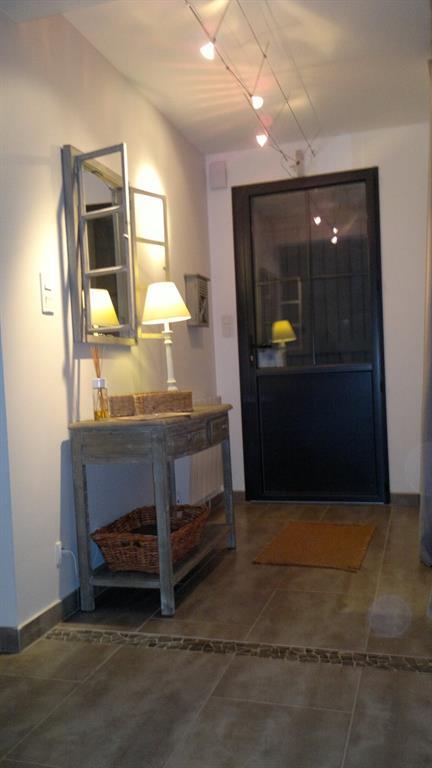 Entr e avec fausse fen tre et table vintage carre concept for Deco fausse fenetre