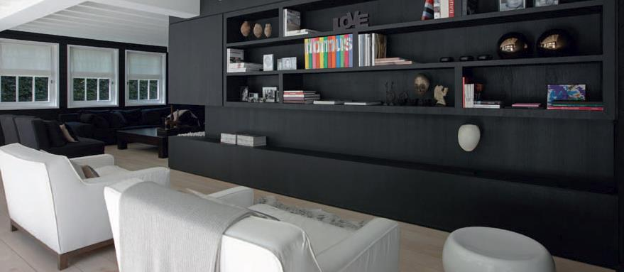 salon avec grande biblioth que murale en bois noir. Black Bedroom Furniture Sets. Home Design Ideas