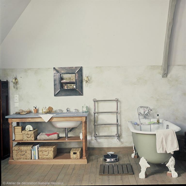salle de bain rustique au charme dautrefois avec baignoire ilot pattes - Salle De Bain Rustique Photos
