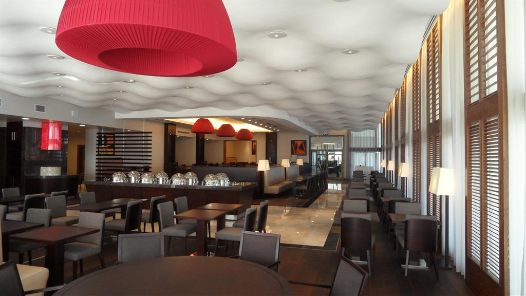 Une Cuisine Rouge : Salon moderne aux couleurs sombres