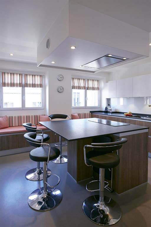 Appartement dans le marais paris - Hotte cuisine ilot central ...