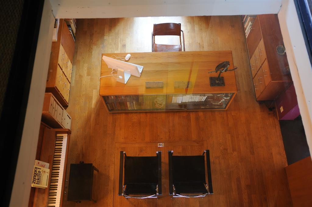 vue de dessus du bureau au look enti rement en bois. Black Bedroom Furniture Sets. Home Design Ideas