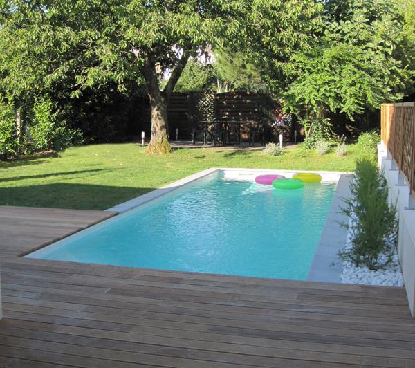 Piscine avec terrasse mixte pelouse et bois