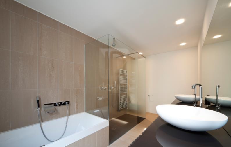 Salle de bain avec baignoire et douche l 39 italienne for Petite salle de bain avec douche et baignoire