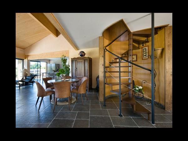 Chambre A Coucher Couleur : Salle A Manger Moderne Avec Table Ronde – LoMBaRdS