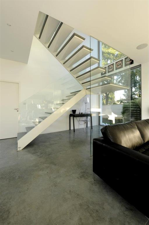 Image Escalier suspendu avec garde corps en verre Cubik Architecture