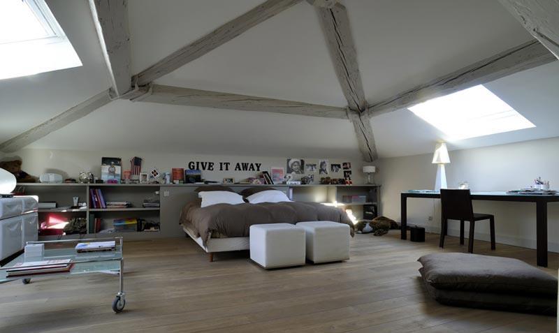 Une chambre naturelle et lumineuse sous les toits baroco - Chambre sous les toits ...