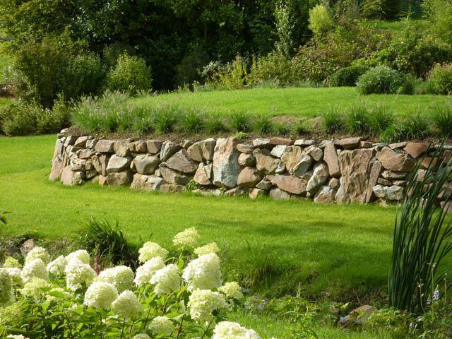 Jardin avec muret en pierres et pelouse paul emmanuel ferrard - Amenagement jardin avec pierres ...