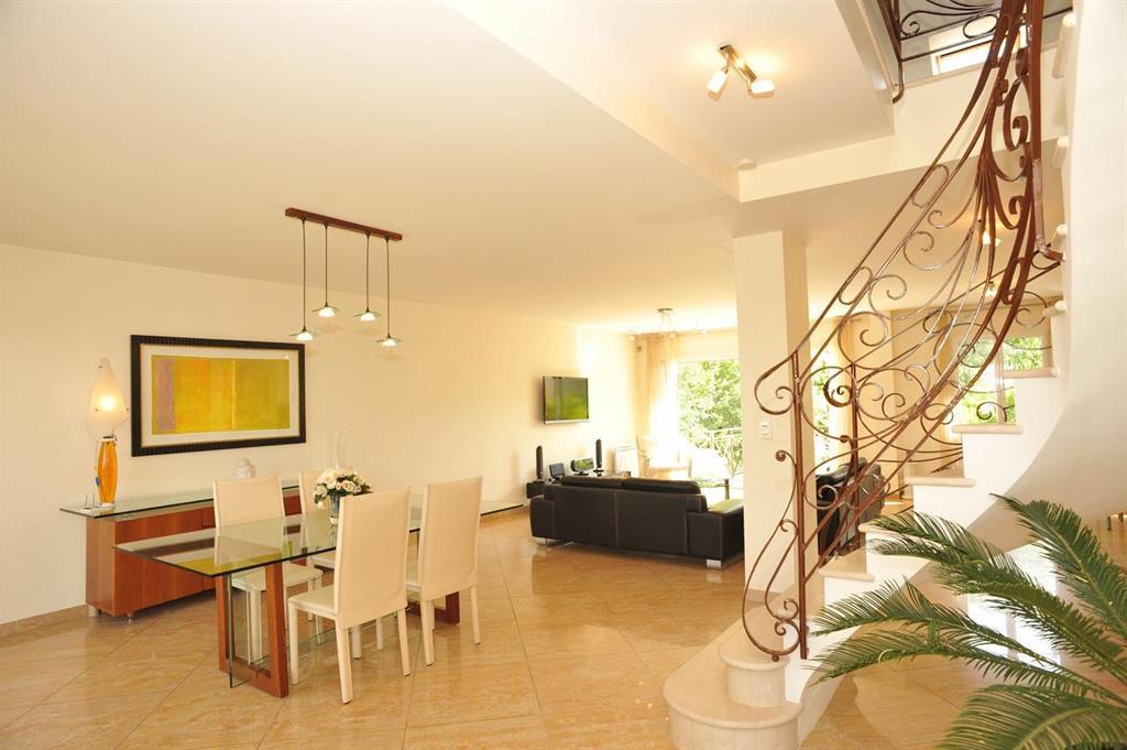pi ce lumineuse ouverte sur le jardin univers int rieur photo n 60 domozoom. Black Bedroom Furniture Sets. Home Design Ideas