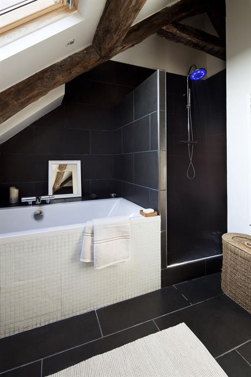 La petite salle de bain mansard e offre des tons neutres - Photo petite salle de bain moderne ...