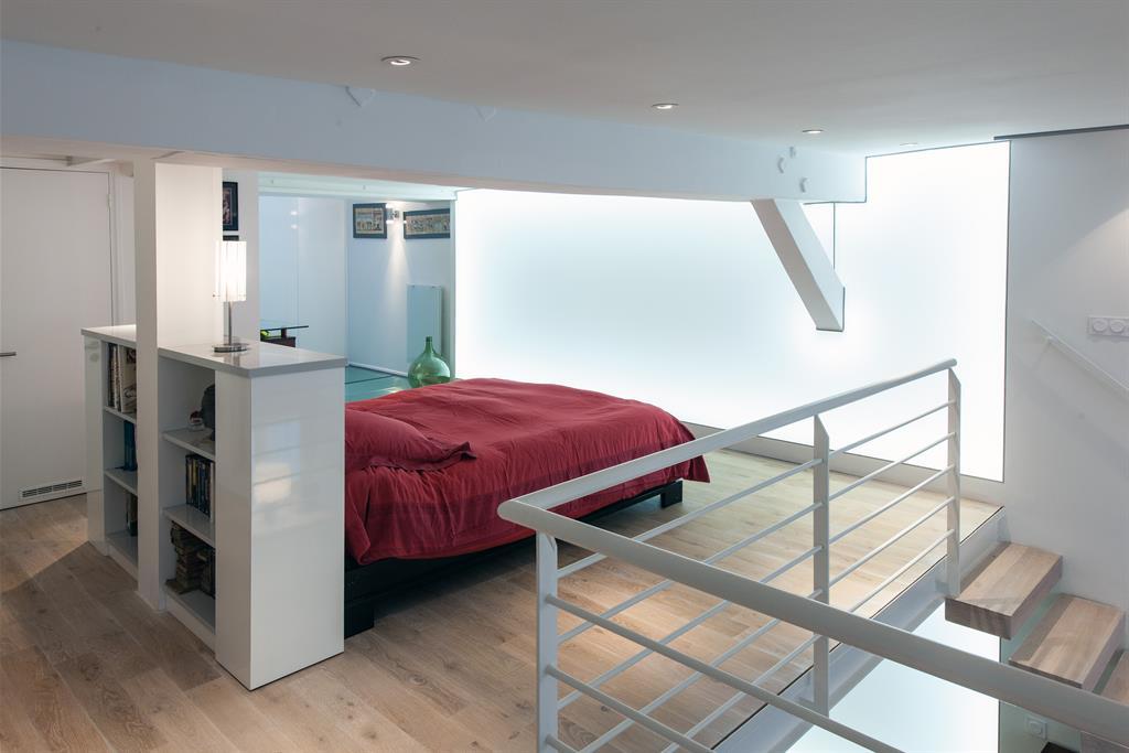 La t te de lit d limite l espace de la chambre du loft for Lit parental moderne