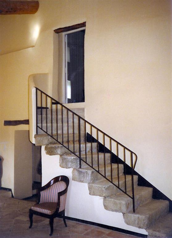 Image Escalier en pierres naturelles et rambarde en métal noir Blanc